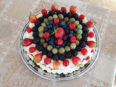 Naked cake de chocolate com brigadeiro branco e frutas vermelhas