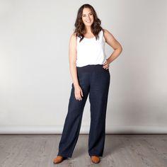 De Lucille pant is een broek met lange pijp en een wijde, comfortabele pasvorm. De broek heeft een brede tricot tailleband. De broek heeft geen zakken...