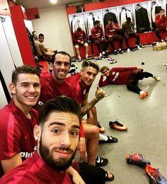 Algunos jugadores del Atlético de Madrid, y Antoine de fondo <3