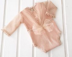 Knitted peach baby romper with a tiul bow on the back. Baby Outfits, Newborn Outfits, Toddler Outfits, Baby Girl Fashion, Kids Fashion, Moda Kids, Baby Girl Photography, Baby Couture, Baby Pants
