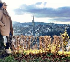 Conhecer Berna foi a realização de um sonho de criança. Vi a foto num quadro quando ainda era pequena e fiquei encantada! A cidade é realmente linda. A partir dela voce pode conhecer outras cidadezinhas suíças como Interlaken (e a região do Jungfrau) Neuchâtel Thun Basel e ainda subir a montanha Gurten bem proxima à Berna. Mesmo que eu gostei tanto da região de Interlaken que acho um day trip pra la muito pouco. De qualquer forma Berna é linda e merece a visita!   Visiting Bern was having a…