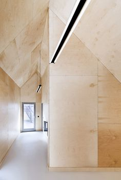 School gatehouse built on a strict budget by Jonathan Tuckey Design. Skylights, artificial lighting and sliding glass doors provide diffuse light in an educational space. Plywood Interior, Arch Interior, Interior Architecture, Interior And Exterior, Hotel Interiors, Wood Interiors, Delta House, House Built, Minimalist Home