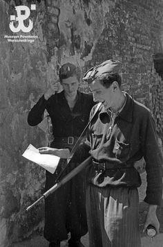 Fotografia z Powstania Warszawskiego. Warsaw Uprising, Poland History, Tuskegee Airmen, Combat Training, History Channel, Retro, World War Two, Wwii, Vintage Photos