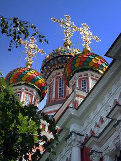 Colorful church domes in Nizhny Novgorod, Russia (by Cepreu K).