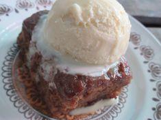 Sticky Toffee Cake スティッキートフィーケーキ。 デーツをたっぷり練りこんだケーキにトフィーソースをかけて焼きました。
