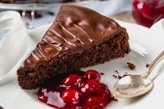 La torta morbida cioccolato e nocciole è soffice e dalla consistenza corposa che la rende irresistibile. Ecco la ricetta ed alcuni consigli