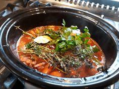 Boeuf Bourguignon, dat klinkt heel ingewikkeld. Feitelijk is het niet meer dan een stoofpot met een mooie naam. Wel een heel lekkere stoofpot trouwens. Hieronder mijn recept. Ik maakte deBoeuf Bourguignon in de slowcooker, maar een ruime pan op een laag vlammetje gaat uiteraard net zo goed. Lamb Recipes, Crockpot, Slow Cooker, Pork, Beef, Ethnic Recipes, Kale Stir Fry, Meat, Crock Pot