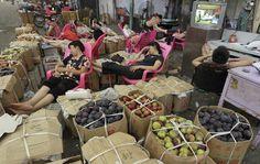 Pennichella post-prandiale in un mercato di WuHan, Cina.