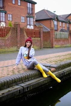 Yellow Rain Boots, Wellies Rain Boots, Hunter Boots Outfit, Rainy Day Fashion, Sexy Jeans, Tall Boots, Fashion Boots, Rubber Rain Boots, Quack Quack