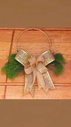 It's that time of the year again! By: de vacaciones DIY WREATH Christmas Crafts To Make, Handmade Christmas Decorations, Christmas Ornament Crafts, Christmas Bows, Christmas Projects, Holiday Crafts, Holiday Wreaths, Halloween Decorations, Diy Bow