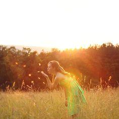 女流写真家 Emily Shutt(*Emmy*Lee)さんの印象的な美しいセルフポートレイトを thedphoto.comより紹介します。 FlickrのプロフィールによるとEmilyさんは現在ハイスクールに通う女子高生のようです。6歳の時に両親からフィルムカメラを買ってもらったのがきっかけで写真撮影を始めました。以来瞬間を切り取り、レンズを通して生命を観察し、写真を通して自分を表現し続けています。 美しいモデルをプロカメラマンが撮影したような大変完成度の高い作品でこれがセルフポートレイトだと知って驚きました。ピントや構図などの絵作り、撮影後の色調処理など、全てが効果的に彼女の世界を表現しています。少し孤独な感じのする、おとぎ話のような優しい世界観はとても魅力的です。 *Emmy*LeeさんのFlickr: Flickr: *Emmy*Lee ソース Creative self portrait photography from Emily Shutt | The ...