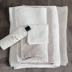 Fog Linen Badetücher in Waffel-Muster Linen Towels, White Towels, Bath Towels, Linen Fabric, Linen Bedding, Bedding Sets, Linen Pillows, Reading My Tea Leaves, Style Cottage