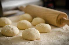 Greek Pita bread recipe used as a souvlaki wrap or an accompaniment to dips. Learn how to make Greek Pita Bread including a Recipe for Greek Pita Bread. No Yeast Pizza Dough, Best Pizza Dough Recipe, Easy Pizza Dough, Pizza Ball, Kunafa Recipe, Greek Pita Bread, Homemade Yeast Rolls, Gluten Free Flour, Bread Recipes