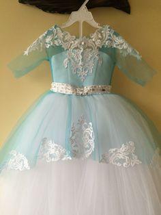 Blanco y azul vestido de niña de las flores por KingdomBoutiqueUA