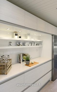 Avohyllyjen ja yläkaappien yhdistelmä tekee keittiöstä linjakkaan näköisen.