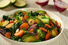 Spinazie roerbak met courgette en broccoli | Knorr Kung Pao Chicken, Wok, Bruschetta, Sprouts, Cantaloupe, Dinner Recipes, Paleo, Meat, Fruit