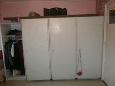 Dit is ook een kamer in mijn huis. Dat zijn allemaal kledingkasten. Oeps. Ik denk dat mijn moeder trots mag zijn. Ze heeft zelf namelijk een kamer vol met kasten voor kleren.