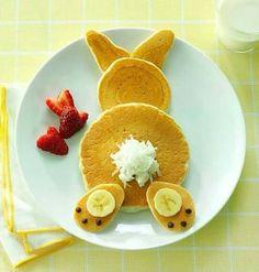 Conejo  hecho de hotcakes, plátano, nutella, Chantilly y fresas.