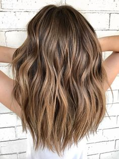 Hot Balayage Hair – You are in the right place about silver Ombre Hair Here we offer you the most beautiful pictures about the Ombre Hair medium length you are looking for. When you examine the Hot Balayage Hair – Medium Hair Styles, Curly Hair Styles, Cabelo Ombre Hair, Hair Color Balayage, Medium Balayage Hair, Shoulder Length Hair Balayage, Brown Hair With Balayage, Medium Brown Hair With Highlights, Warm Brown Hair