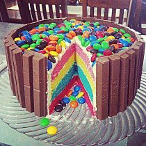 Kit Kat, M&M, ice cream cake. Everything delicious combined into one cake. One the other hand, from the top it could look like a ball pit cake! Yummy Treats, Delicious Desserts, Sweet Treats, Yummy Food, Tasty, Dessert Healthy, Cooking Photos, Cooking Tips, Kitty Party