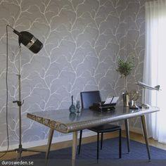 So gestaltet man ein Home Office im Industrie Chic: Der Arbeitstisch ist aus hartem Metall und erinnert an eine Tragfläche. Um auch im Dunkeln arbeiten zu können, …