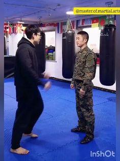 #defesapessoal #artesmarciais Fight Techniques, Martial Arts Techniques, Self Defense Techniques, Kickboxing Workout, Gym Workout Videos, Gym Workouts, Self Defense Moves, Self Defense Martial Arts, Martial Arts Workout