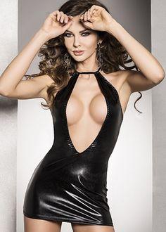 Troublante de sophistication, cette mini robe de soirée ne laissera personne insensible. En vinyle, elle brillera de mille feux pour sublimer votre féminité. Décolleté plongeant sur l'avant et ajouré au dos. Se noue au cou.