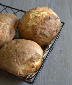 Lækre koldthævede morgenmadsboller… Snack Recipes, Cooking Recipes, Snacks, Bread Recipes, Fodmap, Bread Winners, Danish Food, No Knead Bread, Bread Bun