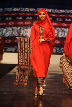 Islamic Inspired Fashion As Seen in Indonesia Fashion Week 2012 For today& post, we look at some of the Islamic inspired modern fashion c. Muslim Women Fashion, Islamic Fashion, Modest Fashion, Fashion Dresses, Womens Fashion, Diy Fashion, Kebaya Muslim, Hijab Mode Inspiration, Indonesia Fashion Week