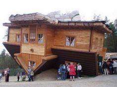 Unusual Homes : Upside Down House in Szymbark Poland Architecture Design, Amazing Architecture, Landscape Architecture, Upside Down House, How To Build A Log Cabin, Unusual Buildings, Unusual Homes, House Built, Modular Homes