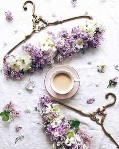 lilac and coffee I orgona kávéval Fleur Design, Shabby Chic, Festa Party, Arte Floral, Diy Wedding Decorations, Floral Decorations, Coffee Love, Floral Arrangements, Beautiful Flowers