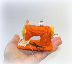 Tutorial in Italian how to make a crochet sewing machine Diy Crochet Toys, Crochet Amigurumi, Crochet Food, Crochet Dolls, Crochet Projects, Crochet Simple, Love Crochet, Crochet For Kids, Knit Crochet