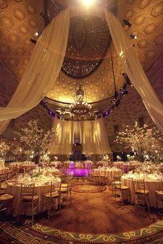 Salón de boda decorado con telas y luz tenue