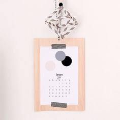 Make this wood veneer calendar for your workspace. Post includes free printable calendar that can be customized with your own photos.