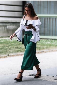 Bela composição, blusa branca e calça verde