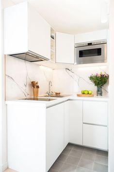 Studio Paris 16 totalmente renovado por un diseñador de interiores. Micro Kitchen, New Kitchen, Kitchen Dining, Kitchen Decor, Kitchen Ideas, Decorating Kitchen, Compact Kitchen, Kitchen Shelves, Kitchen Cabinets