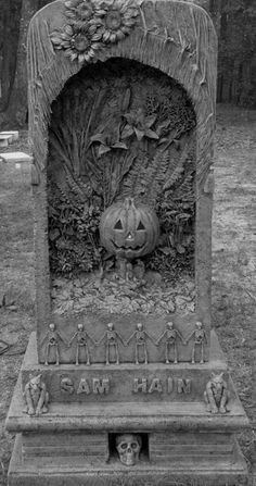 My Halloween Bro's awesome tombstone! Halloween tombstone by Spyderwood Halloween Tombstones, Halloween Graveyard, Samhain Halloween, Fete Halloween, Holidays Halloween, Happy Halloween, Cemetery Statues, Cemetery Headstones, Old Cemeteries
