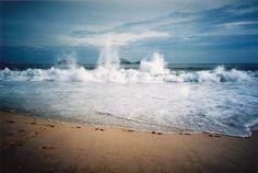 Ondas batendo na praia.