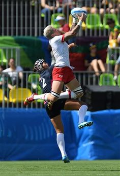 Canada's captain Jen Kish of Edmonton, Alta., attempts a catch against Japan's Makiko Tomita during women's sevens rugby action at the 2016 Olympic Games in Rio de Janeiro, Brazil on Saturday, Aug. 6, 2016. (Sean Kilpatrick/The Canadian Press via AP)