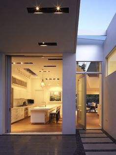GRIFFIN ENRIGHT ARCHITECTS: Santa Monica Canyon Residence - modern - entry - los angeles - Griffin Enright Architects