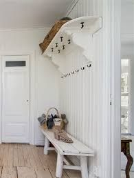 Bildresultat för platsbyggd hatthylla Different House Styles, Hall Stand, Houses In France, Modern Entry, Hallway Storage, Swedish House, Painted Floors, Scandinavian Interior, House Colors