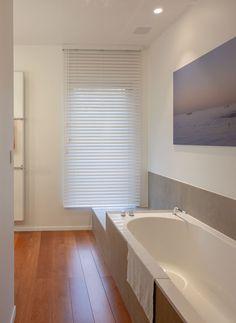 houten jaloezieën in badkamer