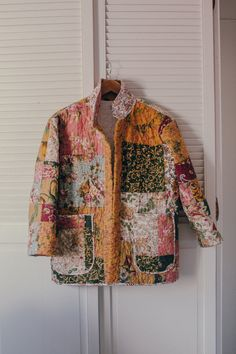 Quilted Clothes, Sewing Clothes, Textiles, Coat Patterns, Jacket Pattern, Quilted Jacket, Mode Style, Diy Sewing Projects, Sewing Ideas