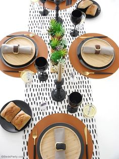 Father's Day Masculine Tablescape Ideas - ideas for a chic, modern but manly table setting in black, white, brown & gold with easy, DIY details! Dining Table Decor Centerpiece, Birthday Table Decorations, Centerpiece Decorations, Decoration Table, Black Dining Table Set, Gold Table, Round Dining Table, Table Setting Photos, Table Settings
