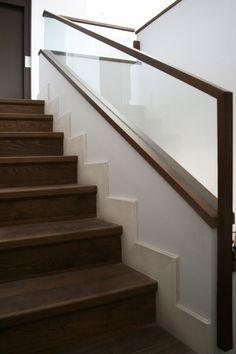 Diseño y fabricación de barandilla de escalera realizada en madera de roble teñido y vidrio incoloro de seguridad