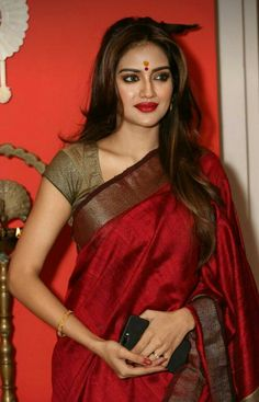 India is so special for the rich cultural variety and colourful dressing traditions. Saree (sari) is the best among Indian dresses. Beautiful Girl Indian, Most Beautiful Indian Actress, Beautiful Saree, Beauty Full Girl, Beauty Women, Saris, Saree Models, Stylish Sarees, Saree Look