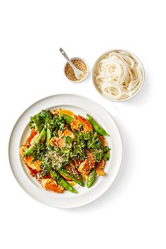 A quick dinner recipe is just the thing for your busy weeknight. Chicken, vegetables, and Asian flavors from sesame oil, ginger, and tamari sauce create an all-in-one skillet meal with big flavor. Spicy Chicken Recipes, Asian Recipes, New Recipes, Healthy Recipes, Ethnic Recipes, Quick Recipes, Skillet Dinners, Sesame Chicken, Stir Fry Recipes