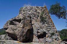 Nuraghe Majore - Cheremule (SS)  La bella tholos addossata alla roccia trachitica