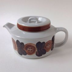 Signed with initials of designer Ulla Procope, Late Great hard to find Anemone teapot in brown! Hard to find in brown. Chocolate Pots, Scandinavian Style, Finland, Diffuser, Tea Pots, Pottery, Entertaining, Coffee, Brown