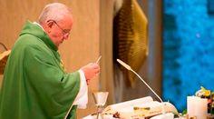 """El Papa Francisco invitó, durante la Misa de este jueves celebrada en la Casa Santa Marta, a dejar entrar al Espíritu Santo en la propia vida y para ello sugirió que a lo largo del día cada uno se haga la siguiente pregunta: """"¿ignoro al Espíritu Santo? ¿Mi vida es una vida a medias, tibia, que entristece al Espíritu Santo sin dejarle actuar en mí para que me dé fuerzas, para que me permita ir adelante?""""."""